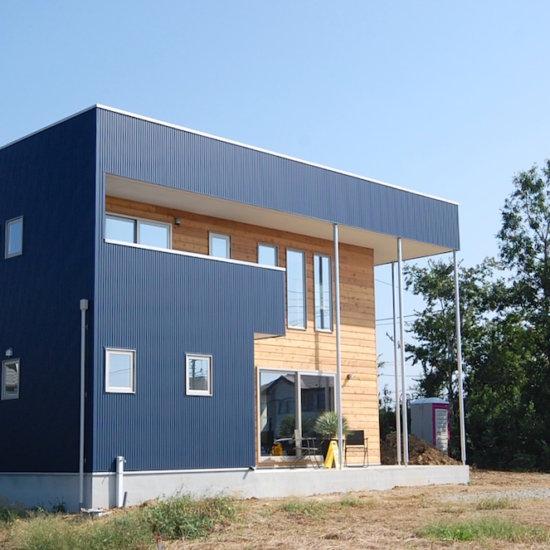 解放感のある吹き抜けと暖かみのある西海岸風の住宅
